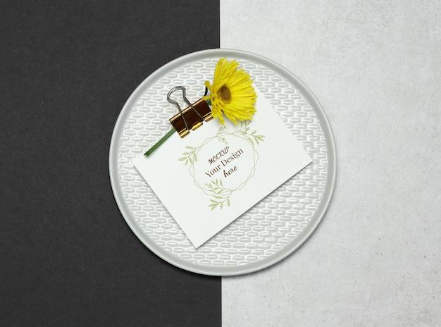 灰色の皿の上のモックアップの招待カード