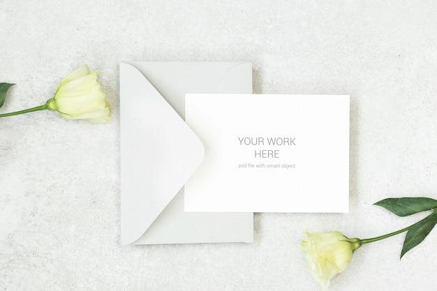 灰色の封筒とモックアップの招待カード