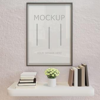 本の壁の棚と白い壁に水平ポスターフレームモックアップ
