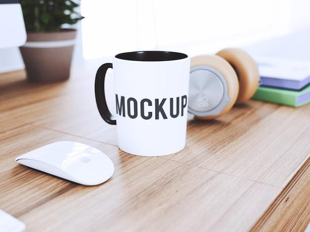 机の上のカップは嘲る