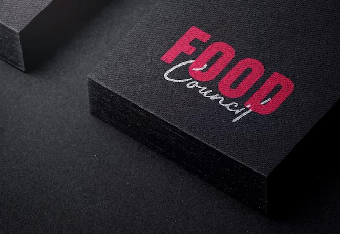 Современный логотип макет на черном визитной карточки