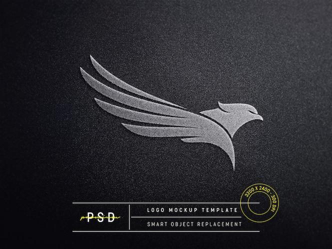 Макет логотипа с тиснением на черной ткани