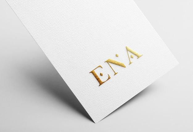 白のビジネスカードにゴールデンエンボスロゴモックアップ