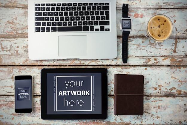 ノートパソコン、スマートウォッチ、スマートフォン、デジタルタブレットとコーヒーカップ