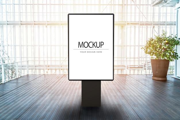 近代的な高層ビル内の看板のモックアップ
