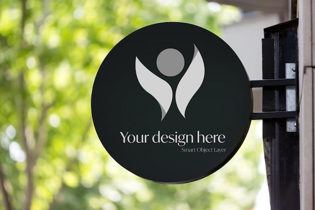 Вид логотипа здания на улице макет