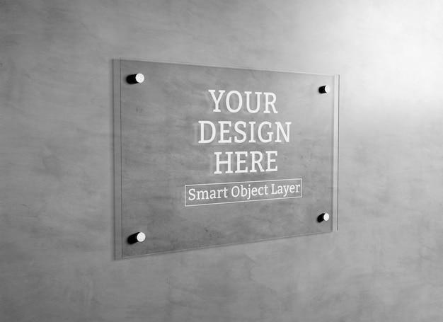 Вид стеклянного знака на стене макет