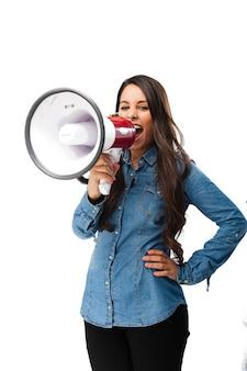 Молодая женщина кричала с мегафоном