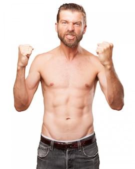 筋肉男は彼の成功を祝います