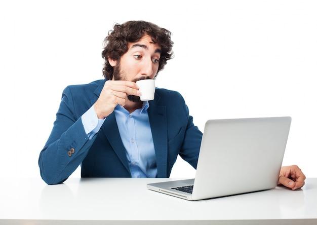 コーヒーカップを持つ男
