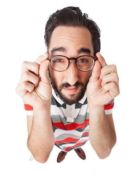 男は眼鏡を通して見ていません