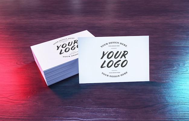 Белая визитная карточка ворс на деревянной поверхности макет