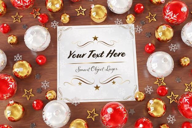 クリスマスの飾りのモックアップと木製の表面のクリスマスカード