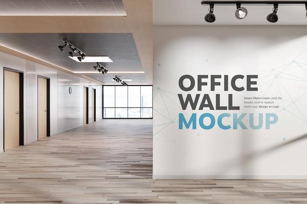明るいオフィスモックアップで空白の四角い壁