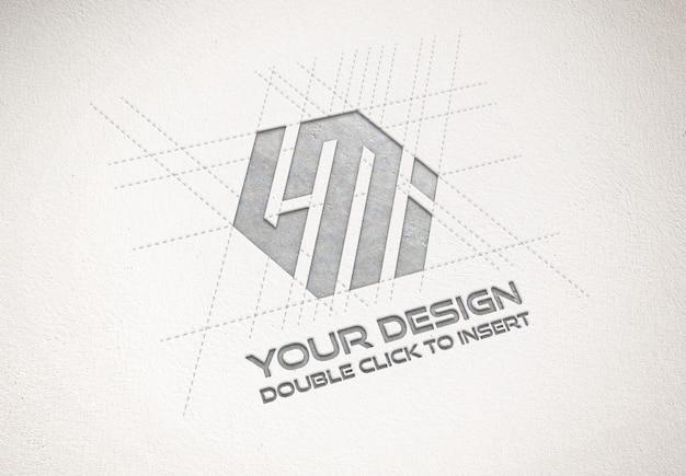 紙のテクスチャのモックアップにデボス加工されたメタリックロゴ