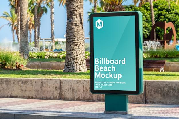 海辺のリゾート都市での屋外看板モックアップ広告