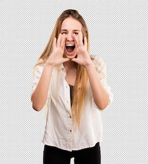 Милая молодая женщина кричит