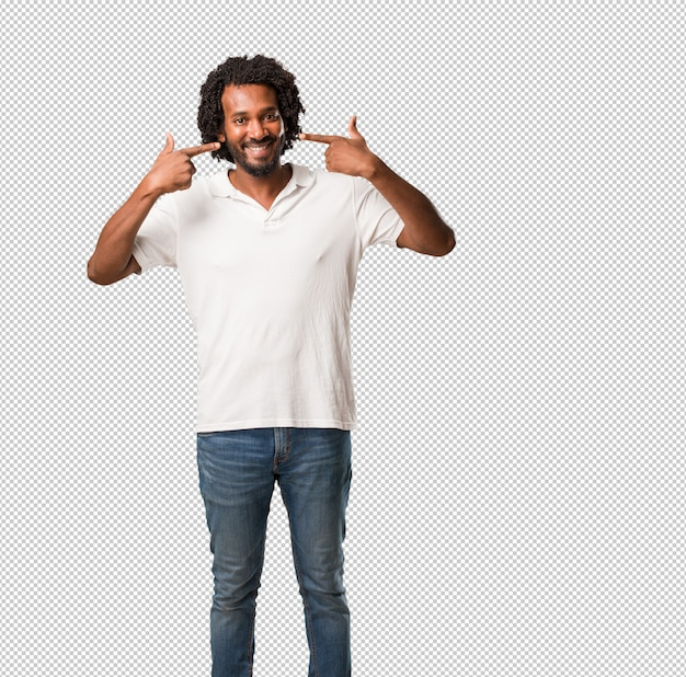 口、完璧な歯、白い歯の概念を指しているハンサムなアフリカ系アメリカ人の笑顔