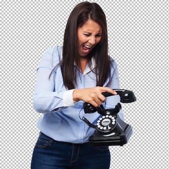 電話で怒っている若い女性