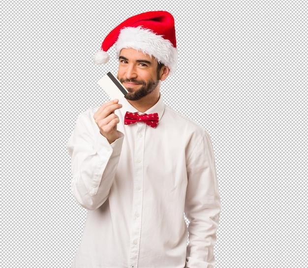 クリスマスの日にサンタクロースの帽子を着た若い男