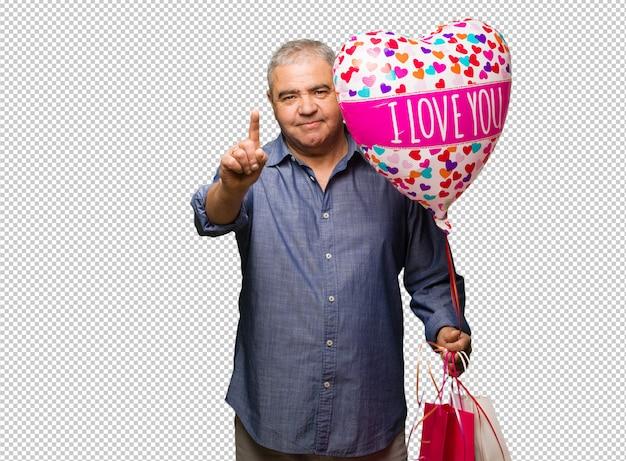 ナンバーワンを示すバレンタインデーを祝う中年の男