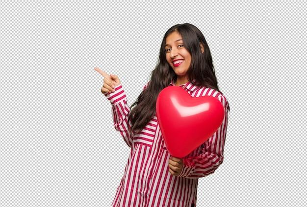 バレンタインデーを祝う若いインド人女性
