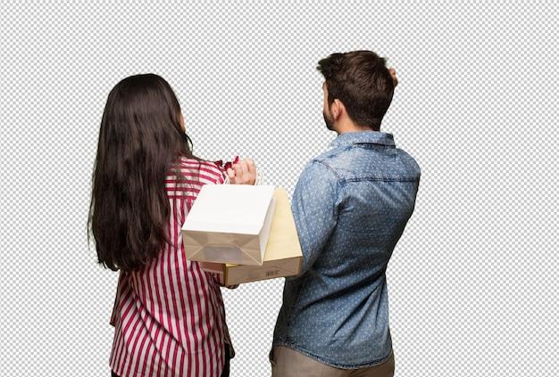 バレンタインの日の後ろから何かを考えて若いカップル