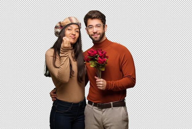典型的なイタリアのジェスチャーをしているバレンタインデーの若いカップル
