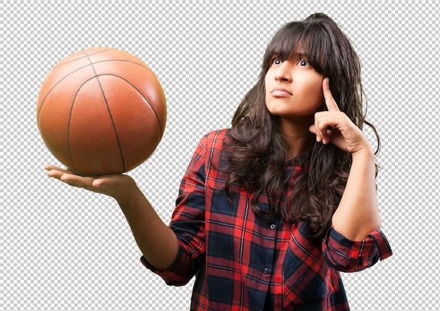 バスケットボールとラテンの女性