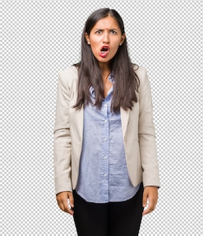 若いビジネスインドの女性は非常に怒っていて動揺していて、非常に緊張しています