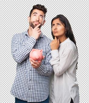 貯金を保持している若いカップル