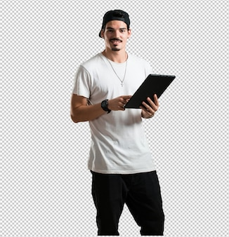 Молодой рэппер человек улыбается и уверенно держит планшет