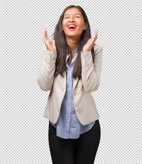 笑って楽しんで、リラックスして陽気な若いビジネスインド人女性