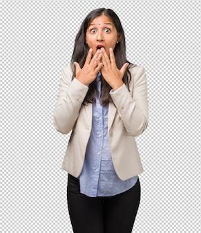若いビジネスインド人女性は驚いてショックを受けて、広い目で見て