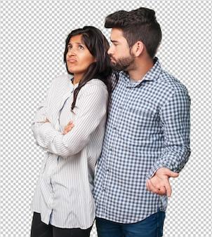 若いカップルが疑っています
