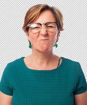面白いしかめっ面をしている成熟した女性の肖像画