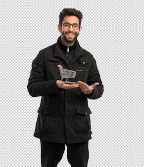 Молодой человек держит корзину