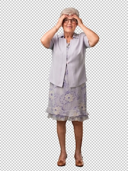 Полное тело старшей женщины разочарованы и отчаянно, злой и грустный с руками на голове
