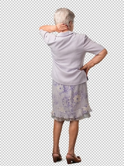 Полное тело старшие женщины показаны обратно, позирует и ожидания, оглядываясь назад