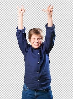 Маленький мальчик делает жест рок