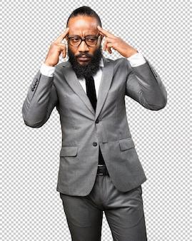 Бизнес черный человек сосредоточен