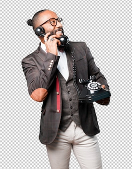 Деловой черный человек разговаривает по телефону