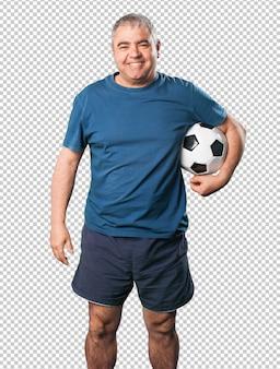 中年の男性がサッカーボールで遊ぶ
