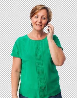 Портрет зрелой женщины разговаривает по телефону