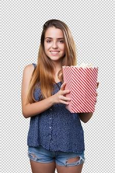 Молодая милая женщина, держащая попкорн