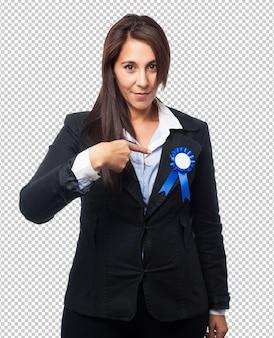 メダルを持つクールなビジネス女性