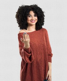 Молодая женщина делает жест приехать