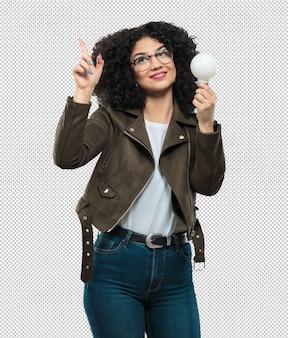 電球を保持している若い女性