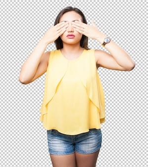 アジアの女性が彼女の目を覆っています
