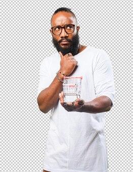 Задумчивый черный человек держит корзину